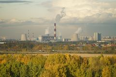 St,彼得斯堡,俄罗斯- 2017年10月07日:用能源厂观看在圣彼得堡的工业部分的fom小山 免版税库存图片