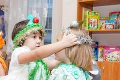 ST ΠΕΤΡΟΥΠΟΛΗ, ΡΩΣΙΑ - 28 ΔΕΚΕΜΒΡΊΟΥ: Ντυμένα τα Festively παιδιά συμμετέχουν στον παιδικό σταθμό, ΡΩΣΙΑ - 28 Δεκεμβρίου 2016 Στοκ Εικόνες