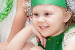 ST ΠΕΤΡΟΥΠΟΛΗ, ΡΩΣΙΑ - 28 ΔΕΚΕΜΒΡΊΟΥ: Ντυμένα τα Festively παιδιά συμμετέχουν στον παιδικό σταθμό, ΡΩΣΙΑ - 28 Δεκεμβρίου 2016 Στοκ φωτογραφία με δικαίωμα ελεύθερης χρήσης