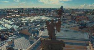 ST ΠΕΤΡΟΥΠΟΛΗ, ΡΩΣΙΑ: Θριαμβευτική δόξα αρμάτων αψίδων στο κτήριο Γενικού Επιτελείου στη Αγία Πετρούπολη απόθεμα βίντεο