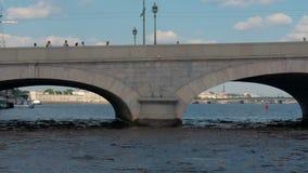 ST ΠΕΤΡΟΥΠΟΛΗ, ΡΩΣΙΑ - 9 ΙΟΥΛΊΟΥ 2016: Άποψη από τον ποταμό Neva στη γέφυρα Troitsky απόθεμα βίντεο