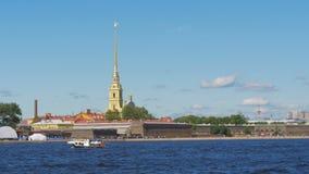 ST ΠΕΤΡΟΥΠΟΛΗ, ΡΩΣΙΑ - 9 ΙΟΥΛΊΟΥ 2016: Άποψη του ποταμού Neva και του Peter και του φρουρίου του Paul φιλμ μικρού μήκους