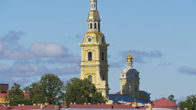 ST ΠΕΤΡΟΥΠΟΛΗ, ΡΩΣΙΑ - 9 ΙΟΥΛΊΟΥ 2016: Άποψη του ποταμού Neva και του Peter και του φρουρίου του Paul απόθεμα βίντεο