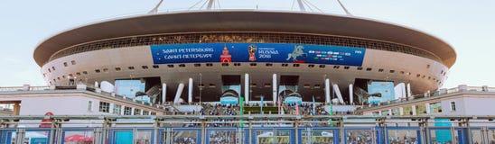 ST ΠΕΤΡΟΥΠΟΛΗ, ΡΩΣΙΑ - 26 ΙΟΥΝΊΟΥ 2018: Οι πολυάριθμοι θαυμαστές και οι θεατές περπατούν επάνω τα σκαλοπάτια του σταδίου Krestovs στοκ εικόνες