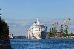 ST ΠΕΤΡΟΥΠΟΛΗ, ΡΩΣΙΑ 17 ΙΟΥΝΊΟΥ: πανιά σκαφών της γραμμής κρουαζιέρας από τη Αγία Πετρούπολη στο Ελσίνκι, ΡΩΣΙΑ 17 Ιουνίου 2015 Στοκ φωτογραφίες με δικαίωμα ελεύθερης χρήσης