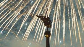ST ΠΕΤΡΟΥΠΟΛΗ, ΡΩΣΙΑ - 23 ΙΟΥΝΊΟΥ 2019 - πυροτεχνήματα κατά τη διάρκεια του ερυθρού ετήσιου φεστιβάλ πανιών και το καιρός-vane αγ απόθεμα βίντεο