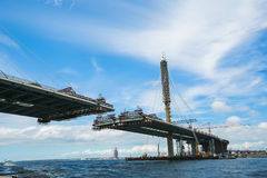 ST ΠΕΤΡΟΥΠΟΛΗ, ΡΩΣΙΑ: Κατασκευή της γέφυρας πέρα από τον ποταμό Στοκ φωτογραφία με δικαίωμα ελεύθερης χρήσης