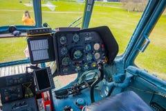 ST ΠΕΤΡΟΥΠΟΛΗ, ΡΩΣΙΑ, ΣΤΙΣ 17 ΜΑΐΟΥ 2018: Κλείστε επάνω της καμπίνας ελέγχου ενός αεροσκάφους που τα mi-8 των βαλτικών αερογραμμώ Στοκ Εικόνες