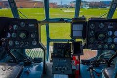ST ΠΕΤΡΟΥΠΟΛΗ, ΡΩΣΙΑ, ΣΤΙΣ 17 ΜΑΐΟΥ 2018: Κλείστε επάνω της καμπίνας ελέγχου ενός αεροσκάφους που τα mi-8 των βαλτικών αερογραμμώ Στοκ εικόνα με δικαίωμα ελεύθερης χρήσης