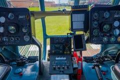 ST ΠΕΤΡΟΥΠΟΛΗ, ΡΩΣΙΑ, ΣΤΙΣ 17 ΜΑΐΟΥ 2018: Κλείστε επάνω της καμπίνας ελέγχου ενός αεροσκάφους που τα mi-8 των βαλτικών αερογραμμώ Στοκ Φωτογραφία