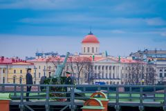 ST ΠΕΤΡΟΥΠΟΛΗ, ΡΩΣΙΑ, ΣΤΙΣ 17 ΜΑΐΟΥ 2018: Μη αναγνωρισμένη φθορά ατόμων ομοιόμορφη στον προμαχώνα Naryshkin, καθημερινό στις 12:0 Στοκ φωτογραφίες με δικαίωμα ελεύθερης χρήσης