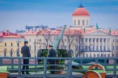 ST ΠΕΤΡΟΥΠΟΛΗ, ΡΩΣΙΑ, ΣΤΙΣ 17 ΜΑΐΟΥ 2018: Μη αναγνωρισμένη φθορά ατόμων ομοιόμορφη στον προμαχώνα Naryshkin, καθημερινό στις 12:0 Στοκ Εικόνες