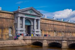 ST ΠΕΤΡΟΥΠΟΛΗ, ΡΩΣΙΑ, ΣΤΙΣ 17 ΜΑΐΟΥ 2018: Μη αναγνωρισμένοι άνθρωποι που περπατούν στην πύλη Nevsky του Peter και του φρουρίου το Στοκ φωτογραφία με δικαίωμα ελεύθερης χρήσης