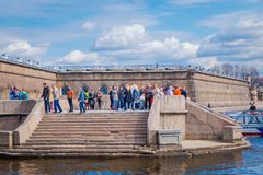 ST ΠΕΤΡΟΥΠΟΛΗ, ΡΩΣΙΑ, ΣΤΙΣ 17 ΜΑΐΟΥ 2018: Μη αναγνωρισμένοι άνθρωποι που περπατούν στην πύλη Nevsky του Peter και του φρουρίου το Στοκ Εικόνες
