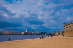 ST ΠΕΤΡΟΥΠΟΛΗ, ΡΩΣΙΑ, ΣΤΙΣ 17 ΜΑΐΟΥ 2018: Μη αναγνωρισμένοι άνθρωποι που περπατούν πέρα από την κίτρινη άμμο στην παραλία του Pet Στοκ φωτογραφία με δικαίωμα ελεύθερης χρήσης