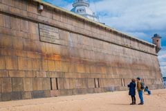 ST ΠΕΤΡΟΥΠΟΛΗ, ΡΩΣΙΑ, ΣΤΙΣ 17 ΜΑΐΟΥ 2018: Οι άνθρωποι στην παραλία στο Peter και το φρούριο του Paul, είναι μια από εποικημένη Στοκ εικόνες με δικαίωμα ελεύθερης χρήσης
