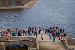 ST ΠΕΤΡΟΥΠΟΛΗ, ΡΩΣΙΑ, ΣΤΙΣ 17 ΜΑΐΟΥ 2018: Πλήθος των ανθρώπων που περπατούν πέρα από μια λιθοστρωμένη δομή που βρίσκεται στην όχθ Στοκ εικόνες με δικαίωμα ελεύθερης χρήσης