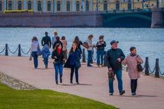 ST ΠΕΤΡΟΥΠΟΛΗ, ΡΩΣΙΑ, ΣΤΙΣ 17 ΜΑΐΟΥ 2018: Πλήθος των ανθρώπων που περπατούν τοποθετημένος υπαίθρια στην όχθη ποταμού στον προμαχώ Στοκ φωτογραφία με δικαίωμα ελεύθερης χρήσης
