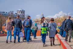 ST ΠΕΤΡΟΥΠΟΛΗ, ΡΩΣΙΑ, ΣΤΙΣ 17 ΜΑΐΟΥ 2018: Πλήθος των ανθρώπων που περπατούν τοποθετημένος υπαίθρια στην όχθη ποταμού στον προμαχώ Στοκ φωτογραφίες με δικαίωμα ελεύθερης χρήσης