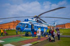 ST ΠΕΤΡΟΥΠΟΛΗ, ΡΩΣΙΑ, ΣΤΙΣ 17 ΜΑΐΟΥ 2018: Το ελικόπτερο mi-8TV RA-24100 του AON Avia συμμαχίας απογειώνεται ενάντια Στοκ Εικόνα