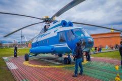 ST ΠΕΤΡΟΥΠΟΛΗ, ΡΩΣΙΑ, ΣΤΙΣ 17 ΜΑΐΟΥ 2018: Το ελικόπτερο mi-8TV RA-24100 του AON Avia συμμαχίας απογειώνεται ενάντια Στοκ Φωτογραφία