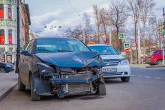 ST ΠΕΤΡΟΥΠΟΛΗ, ΡΩΣΙΑ, ΣΤΙΣ 17 ΜΑΐΟΥ 2018: Το συντριφθε'ν αυτοκίνητο είναι στο πεζοδρόμιο μετά από τη μετωπική σύγκρουση Ατύχημα μ Στοκ φωτογραφία με δικαίωμα ελεύθερης χρήσης