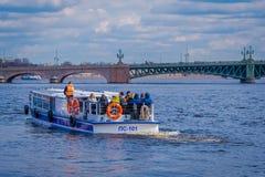 ST ΠΕΤΡΟΥΠΟΛΗ, ΡΩΣΙΑ, ΣΤΙΣ 17 ΜΑΐΟΥ 2018: Υπαίθρια άποψη της ναυσιπλοΐας τουριστών σε μια βάρκα κατά μήκος του ποταμού στο Peter  Στοκ Φωτογραφίες