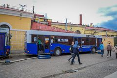 ST ΠΕΤΡΟΥΠΟΛΗ, ΡΩΣΙΑ, ΣΤΙΣ 17 ΜΑΐΟΥ 2018: Υπαίθρια άποψη των μη αναγνωρισμένων ανθρώπων που περπατούν κοντά στο λεωφορείο στο χώρ Στοκ εικόνα με δικαίωμα ελεύθερης χρήσης