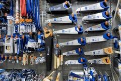 ST ΠΕΤΡΟΥΠΟΛΗ, ΡΩΣΙΑ - ΤΟ ΜΆΡΤΙΟ ΤΟΥ 2019: ράφι με τα εργαλεία δύναμης στο κατάστημα OBI Πριόνια στο ξύλο και το μέταλλο στοκ εικόνα