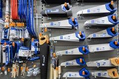 ST ΠΕΤΡΟΥΠΟΛΗ, ΡΩΣΙΑ - ΤΟ ΜΆΡΤΙΟ ΤΟΥ 2019: ράφι με τα εργαλεία δύναμης στο κατάστημα OBI Πριόνια στο ξύλο και το μέταλλο στοκ εικόνες με δικαίωμα ελεύθερης χρήσης