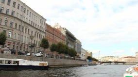 ST ΠΕΤΡΟΥΠΟΛΗ, ΡΩΣΙΑ - JULNE 06, 2017: Εξορμήσεις νερού κατά μήκος των ποταμών και των καναλιών της Αγία Πετρούπολης απόθεμα βίντεο