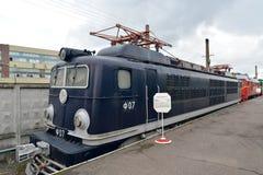 ST Πετρούπολη Ρωσία Η γαλλική ηλεκτρική ατμομηχανή φορτίου fc-07 δαπανών σε μια πλατφόρμα Στοκ Εικόνες