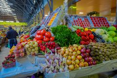 ST ПЕТЕРБУРГ, РОССИЯ, 29-ОЕ АПРЕЛЯ 2018: Конец вверх delicous фруктов и овощей глохнет внутри рынка в St Стоковая Фотография RF