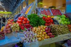 ST ПЕТЕРБУРГ, РОССИЯ, 29-ОЕ АПРЕЛЯ 2018: Конец вверх delicous фруктов и овощей глохнет внутри рынка в St Стоковое Изображение