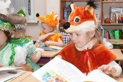 ST ПЕТЕРБУРГ, РОССИЯ - 28-ОЕ ДЕКАБРЯ: Festively одетые дети приниманнсяый за детский сад, РОССИЯ - 28-ое декабря 2016 Стоковое Фото