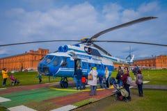 ST ПЕТЕРБУРГ, РОССИЯ, 17-ОЕ МАЯ 2018: Вертолет Mi-8TV RA-24100 AON Avia союзничества принимает против Стоковое Изображение