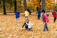 ST ПЕТЕРБУРГ, РОССИЯ - 2-ОЕ ОКТЯБРЯ: люди играют в бабьем лете в Pushkin, РОССИИ - 2-ое октября 2016 Стоковое Изображение