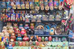 ST ПЕТЕРБУРГ, РОССИЯ - 2017 традиционных русских matryoshkas гнездясь куклы на дисплее в сувенирном магазине в канале Стоковое Фото