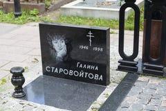 ST ПЕТЕРБУРГ, РОССИЯ - AUGUST13, 2015: Фото памятника Galina Starovoitova Кладбище Nikolskoye Стоковые Фото