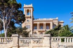St юлианский, Мальта вилла Роза особняка nouveau искусства 1920s построила в парке в городке St Джулиан архитектором Андреа Vassa стоковое изображение