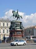 ST 彼得斯堡俄国 一座纪念碑的看法对皇帝尼古拉一世的在好日子 St以撒的广场 库存图片
