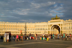 ST 彼得斯堡俄国 宫殿正方形的游人关于总参谋部大厦 库存图片