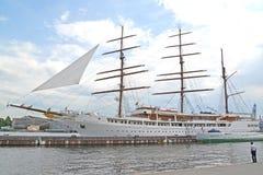ST 彼得斯堡俄国 巡航帆船海云彩II在内娃说谎在旁边 库存图片