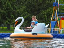 ST 彼得斯堡俄国 有儿子乘驾的母亲水吸引力 免版税库存图片