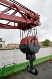 ST 彼得斯堡俄国 被穿上鞋子的两有角的勾子,勾子停止托架,没有铁路的Yanvarets DZh45的块片段 71起重机 库存照片