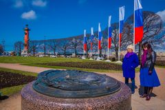 ST 彼得斯堡,俄罗斯, 2018年5月01日:与旗子的南有船嘴装饰的专栏连续接近在唾液的交换大厦  库存图片