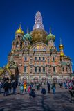 ST 彼得斯堡,俄罗斯, 2018年5月02日:为教会照相的未认出的人民Spilled血液的救主是 库存照片