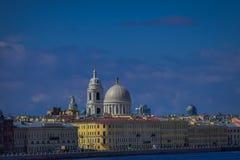ST 彼得斯堡,俄罗斯, 2018年5月01日:从Fontanka河水的射击的看法从小船到美丽的黄色大厦 免版税库存图片