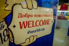 ST 彼得斯堡,俄罗斯, 2018年5月02日:关闭2018年国际足球联合会的正式吉祥人的手的选择聚焦 库存图片