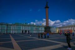 ST 彼得斯堡,俄罗斯, 2018年5月02日:冬宫和亚历山大专栏在宫殿正方形在圣彼德堡 免版税图库摄影
